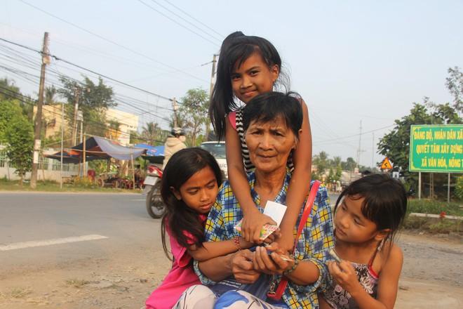 Hơn 45 triệu đồng giúp đỡ 3 bé gái bị bố mẹ bỏ rơi không có tiền đi học, bán vé số kiếm sống qua ngày - Ảnh 6.