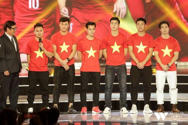 Nguồn cảm hứng màu đỏ từ U23 Việt Nam khiến sân khấu WeChoice Awards bùng nổ - Ảnh 4.