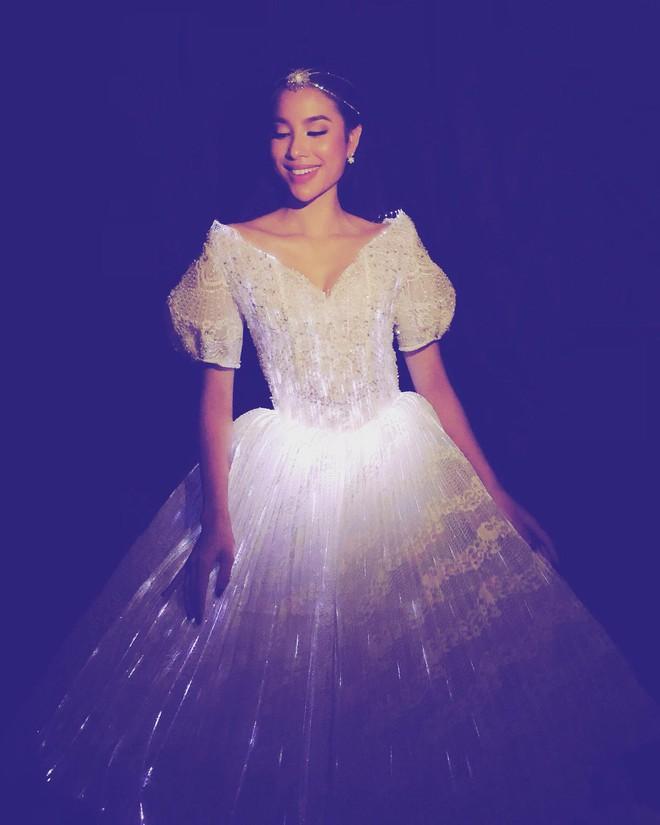 Diện đầm phát sáng, Phạm Hương chính là công chúa sáng nhất Gala WeChoice Awards 2017 theo cả nghĩa đen lẫn nghĩa bóng - Ảnh 5.