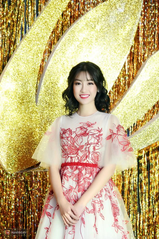Hoa hậu Đỗ Mỹ Linh trẻ xinh ra vài tuổi khi cắt mái lưa thưa - Ảnh 4.