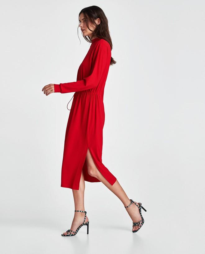 Dạo 1 vòng H&M và Zara, bạn có thể vơ được cả rổ váy đỏ có giá dưới 1 triệu mà tha hồ diện Tết này - Ảnh 1.