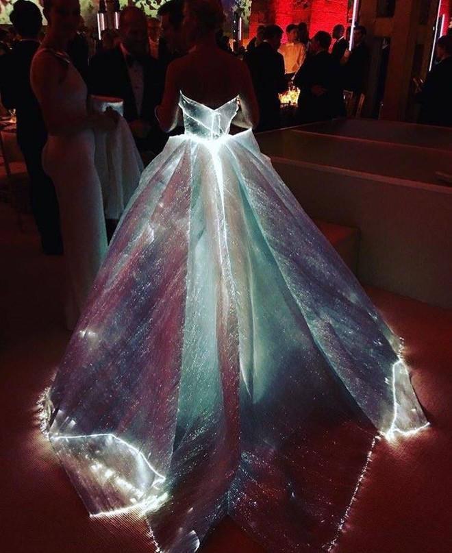 Không ánh kim hay đính đá nữa, giờ muốn nổi bật trên thảm đỏ các người đẹp Việt chọn đầm phát sáng - Ảnh 2.