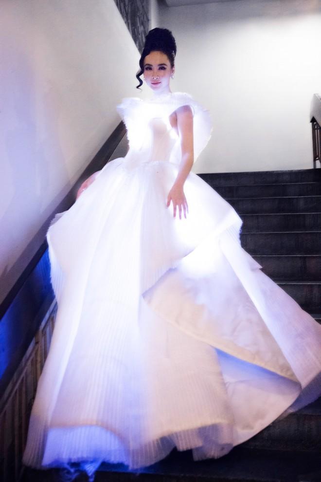 Không ánh kim hay đính đá nữa, giờ muốn nổi bật trên thảm đỏ các người đẹp Việt chọn đầm phát sáng  - Ảnh 13.