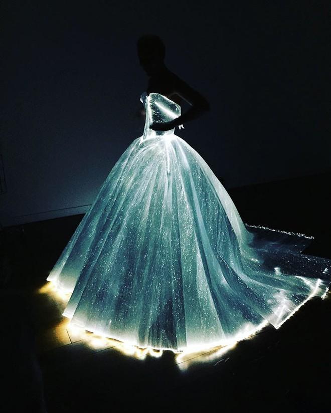 Không ánh kim hay đính đá nữa, giờ muốn nổi bật trên thảm đỏ các người đẹp Việt chọn đầm phát sáng  - Ảnh 3.