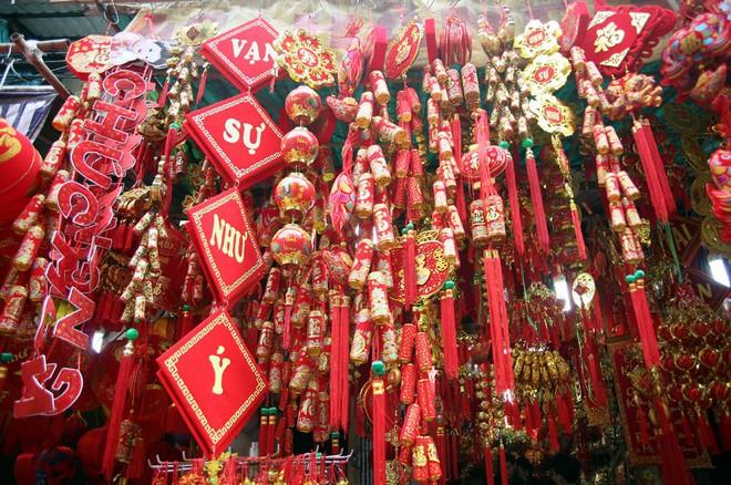 Người Hà Nội ùn ùn kéo đến phố Hàng Mã mua sắm đồ trang trí Tết - Ảnh 1.