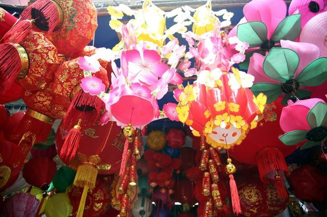 Người Hà Nội ùn ùn kéo đến phố Hàng Mã mua sắm đồ trang trí Tết - Ảnh 2.