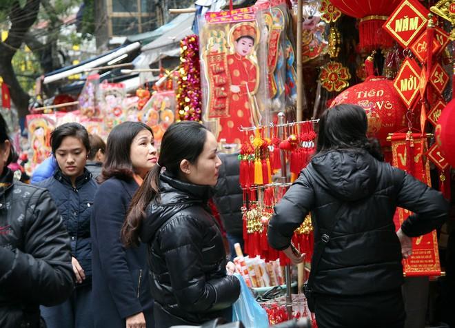 Người Hà Nội ùn ùn kéo đến phố Hàng Mã mua sắm đồ trang trí Tết - Ảnh 3.