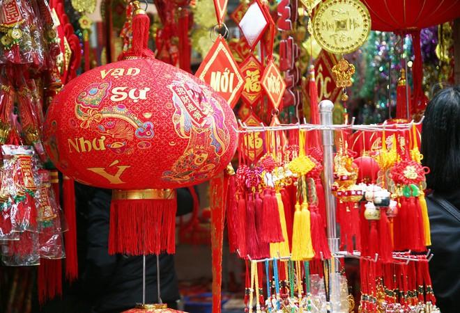 Người Hà Nội ùn ùn kéo đến phố Hàng Mã mua sắm đồ trang trí Tết - Ảnh 4.