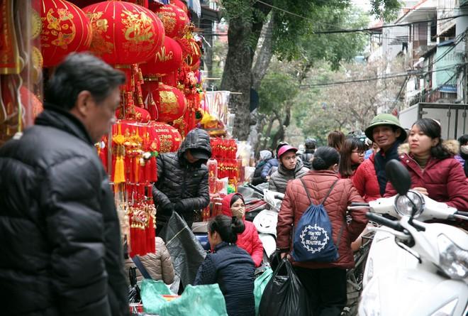Người Hà Nội ùn ùn kéo đến phố Hàng Mã mua sắm đồ trang trí Tết - Ảnh 5.