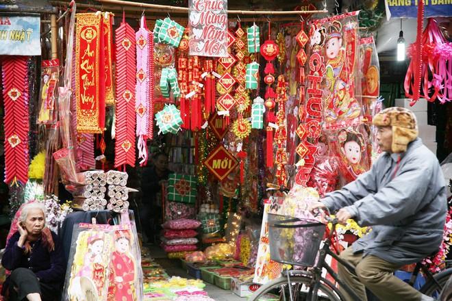 Người Hà Nội ùn ùn kéo đến phố Hàng Mã mua sắm đồ trang trí Tết - Ảnh 6.
