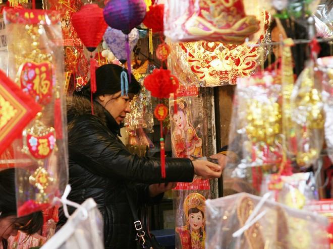 Người Hà Nội ùn ùn kéo đến phố Hàng Mã mua sắm đồ trang trí Tết - Ảnh 7.