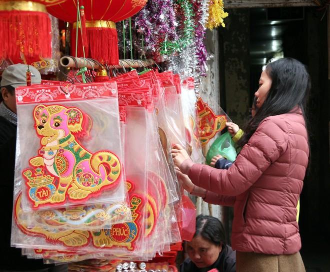 Người Hà Nội ùn ùn kéo đến phố Hàng Mã mua sắm đồ trang trí Tết - Ảnh 8.