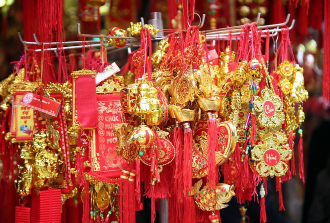 Người Hà Nội ùn ùn kéo đến phố Hàng Mã mua sắm đồ trang trí Tết - Ảnh 9.