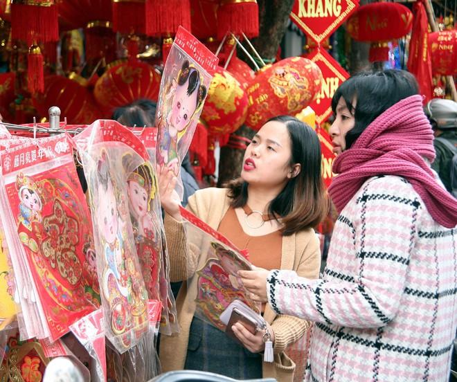 Người Hà Nội ùn ùn kéo đến phố Hàng Mã mua sắm đồ trang trí Tết - Ảnh 10.