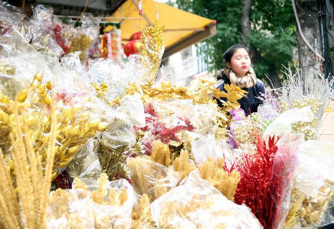 Người Hà Nội ùn ùn kéo đến phố Hàng Mã mua sắm đồ trang trí Tết - Ảnh 11.