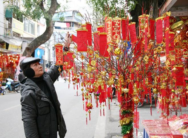 Người Hà Nội ùn ùn kéo đến phố Hàng Mã mua sắm đồ trang trí Tết - Ảnh 12.