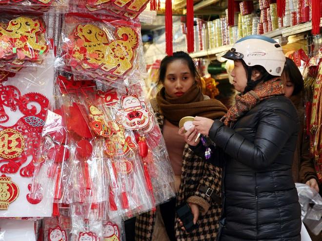 Người Hà Nội ùn ùn kéo đến phố Hàng Mã mua sắm đồ trang trí Tết - Ảnh 13.