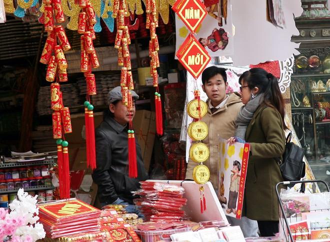 Người Hà Nội ùn ùn kéo đến phố Hàng Mã mua sắm đồ trang trí Tết - Ảnh 14.