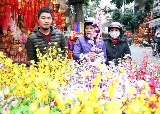 Người Hà Nội ùn ùn kéo đến phố Hàng Mã mua sắm đồ trang trí Tết - Ảnh 15.