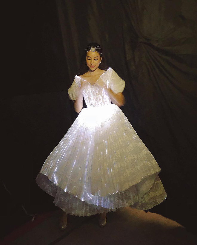 Không ánh kim hay đính đá nữa, giờ muốn nổi bật trên thảm đỏ các người đẹp Việt chọn đầm phát sáng  - Ảnh 5.