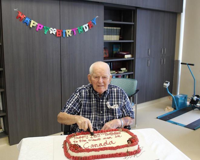 Cụ ông 108 tuổi chia sẻ bí quyết trường thọ: Đàn ông chỉ cần cưới được một người vợ tốt! - Ảnh 1.