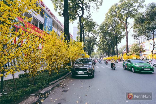 Nhiều người kiếm tiền triệu mỗi ngày nhờ cho thuê áo dài Tết chụp hình tại phố ông đồ Sài Gòn - Ảnh 1.