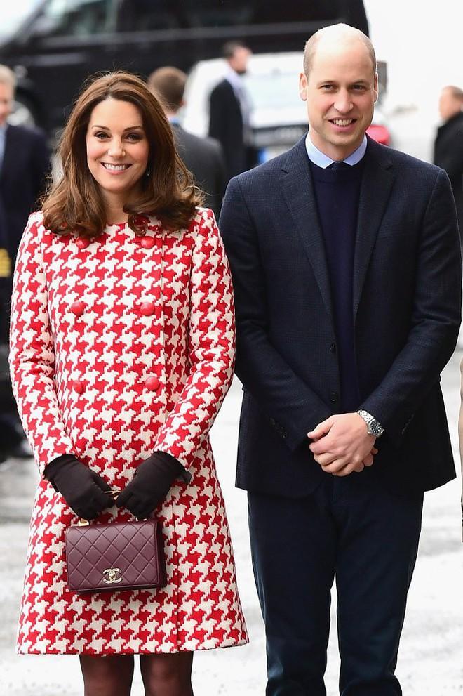 Công nương Kate Middleton không bao giờ cởi áo khoác tại nơi công cộng và lý do bất ngờ đằng sau quy tắc này - Ảnh 1.