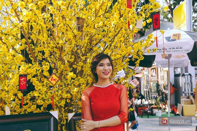 Nhiều người kiếm tiền triệu mỗi ngày nhờ cho thuê áo dài Tết chụp hình tại phố ông đồ Sài Gòn - Ảnh 19.