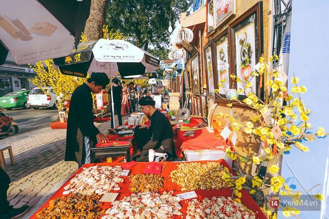Nhiều người kiếm tiền triệu mỗi ngày nhờ cho thuê áo dài Tết chụp hình tại phố ông đồ Sài Gòn - Ảnh 3.