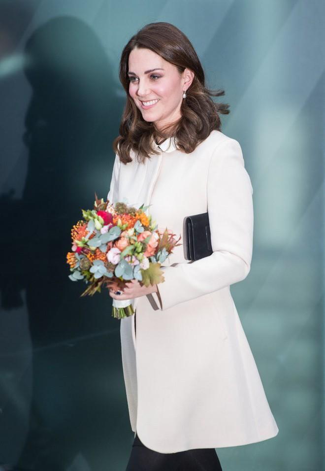 Công nương Kate Middleton không bao giờ cởi áo khoác tại nơi công cộng và lý do bất ngờ đằng sau quy tắc này - Ảnh 5.