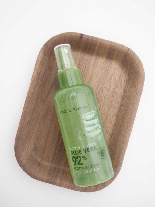 Để cấp ẩm tức thì trả lại vẻ ẩm mướt, mềm mịn cho da, bạn hãy tham khảo ngay 7 loại xịt khoáng ngon-bổ-rẻ này - Ảnh 8.