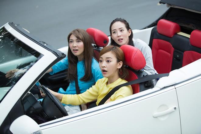 Trương Quân Ninh, Trần Ý Hàm mặc áo dài, ngồi xe mui trần đi thăm quan Sài Gòn - ảnh 1