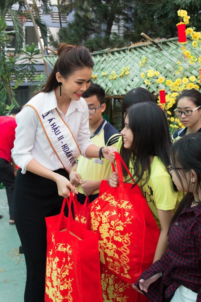 Á hậu Mâu Thủy mặc giản dị, cười tít mắt khi về thăm trường cũ - Ảnh 3.