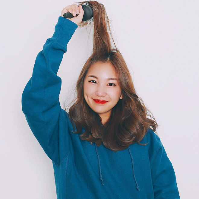 Học cách tự sấy, làm phồng tóc cực dễ để có mái tóc bồng bềnh diện Tết mà không phải ra tiệm - Ảnh 1.