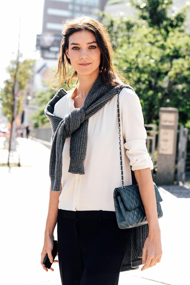 Vừa ấm áp lại vừa trendy với trào lưu biến áo len thành khăn quàng - Ảnh 11.