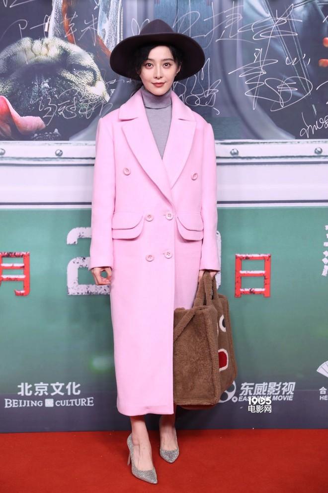 Đẳng cấp của Phạm Băng Băng: diện áo to sụ dài chấm gót, xách túi lông hoạt hình mà vẫn sang chảnh ngút trời - Ảnh 4.