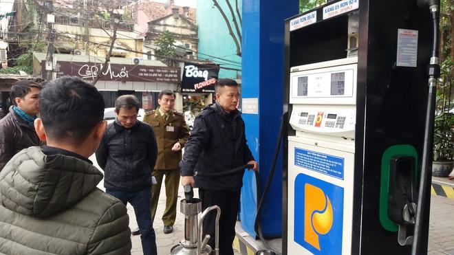 Vụ khách hàng mua xăng có dung tích 70 lít bị tính tiền 80 lít: Thực tế xe là 80,9 lít - Ảnh 1.