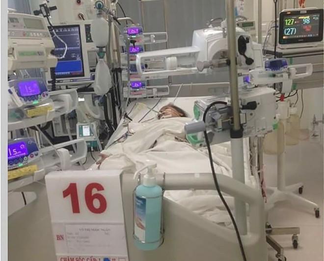 Tiền Giang: Chồng mất sớm, mẹ đơn thân nghẹn ngào nhìn con hôn mê vì sốt xuất huyết nặng - ảnh 1