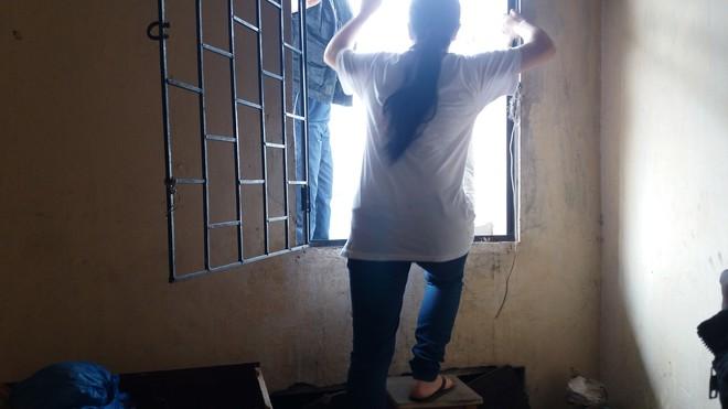 Hà Nội: Bà bầu 8 tháng vẫn trèo qua tum, rón rén đi trên mái nhà vì thang máy chung cư bị hỏng - Ảnh 8.