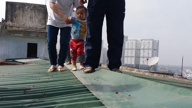 Hà Nội: Bà bầu 8 tháng vẫn trèo qua tum, rón rén đi trên mái nhà vì thang máy chung cư bị hỏng - Ảnh 9.