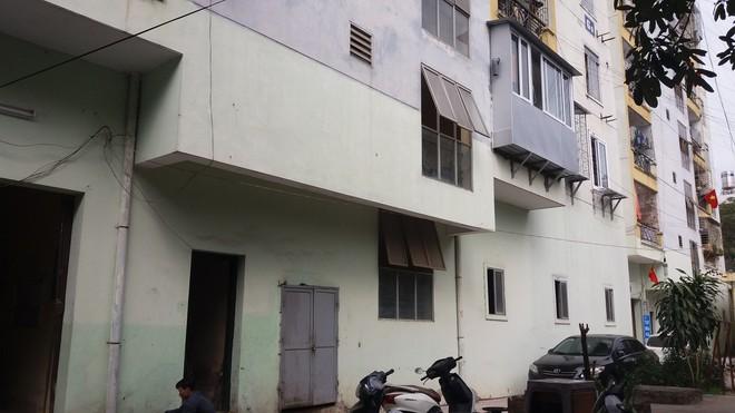 Hà Nội: Bà bầu 8 tháng vẫn trèo qua tum, rón rén đi trên mái nhà vì thang máy chung cư bị hỏng - Ảnh 2.