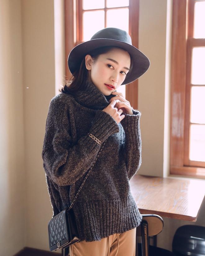 Trời lạnh thế này, thiếu gì thì thiếu chứ không thể thiếu áo len cổ lọ - Ảnh 2.