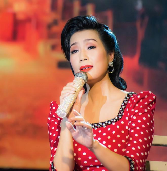 Diện áo dài xưa đỏ rực, Trịnh Kim Chi nồng nàn hát Bolero - ảnh 1
