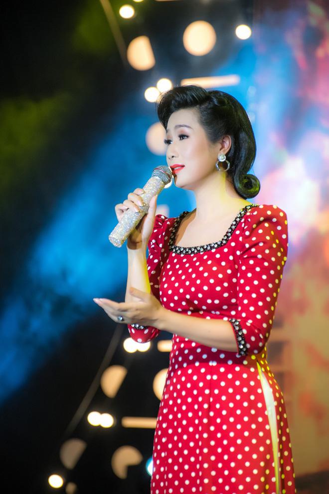 Diện áo dài xưa đỏ rực, Trịnh Kim Chi nồng nàn hát Bolero - ảnh 2