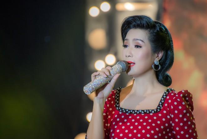 Diện áo dài xưa đỏ rực, Trịnh Kim Chi nồng nàn hát Bolero - ảnh 4