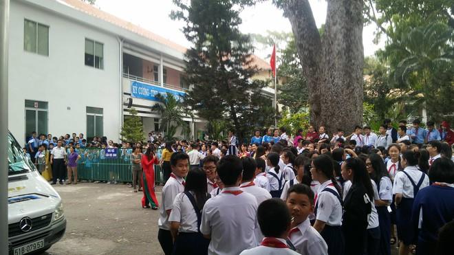 Nghi chập điện, ngôi trường hơn 140 tuổi ở trung tâm Sài Gòn bốc cháy khiến hàng trăm học sinh hoảng sợ - Ảnh 2.