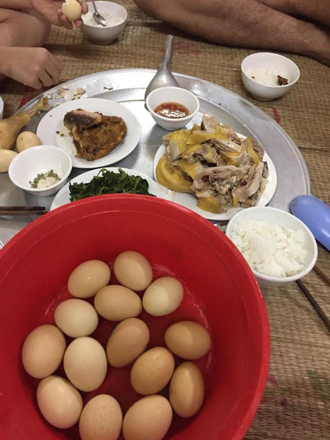 Khi nhà có anh chồng không biết nấu ăn mà lại chăm vào bếp, mâm cơm mỗi ngày của vợ sẽ có cả rổ trứng luộc thế này - Ảnh 2.