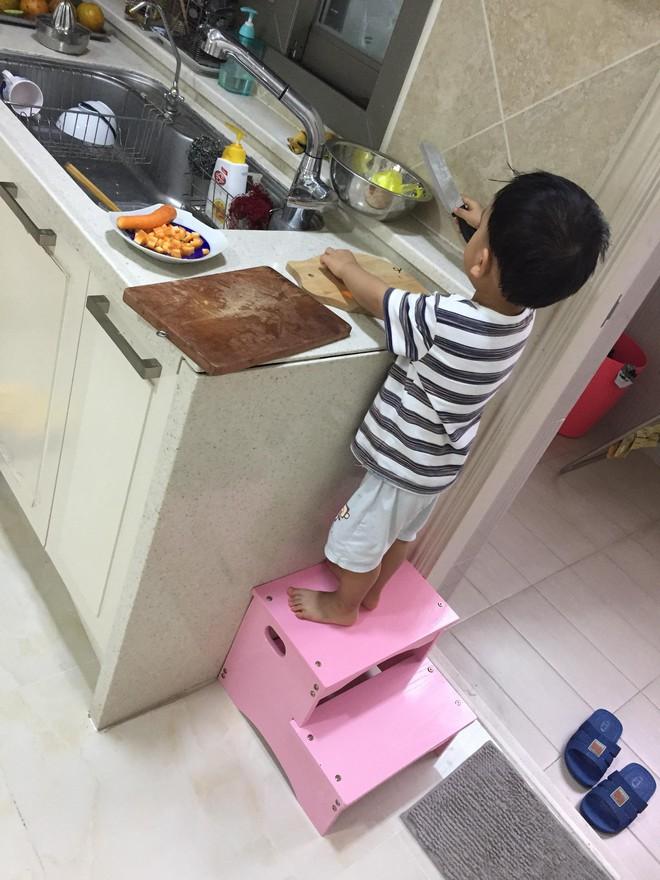 Cậu bé 3 tuổi biết rán bánh ngon ơ nhờ mẹ Mìn rèn làm việc nhà từ lúc tập đi - Ảnh 10.