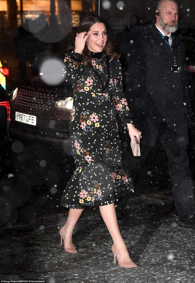 Bụng bầu vượt mặt mà Công nương Kate vẫn mặc váy đi chân trần với cao gót giữa trời tuyết rơi lạnh giá - Ảnh 1.