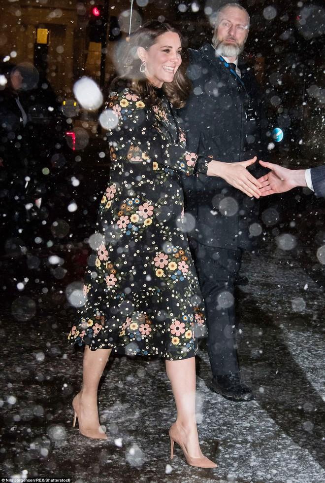 Bụng bầu vượt mặt mà Công nương Kate vẫn mặc váy đi chân trần với cao gót giữa trời tuyết rơi lạnh giá - Ảnh 3.
